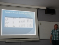 Erwin van Ballegoij met de resultaten van zijn studenten