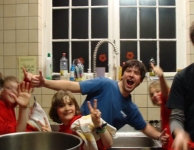 De afwasploeg van Jasper amuseert zich in de keuken.