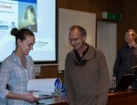 Marine De Clerck ontvangt de eerste prijs uit handen van professor Waelkens