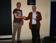 Erwin feliciteert Frans met 40 jaar werkgroep